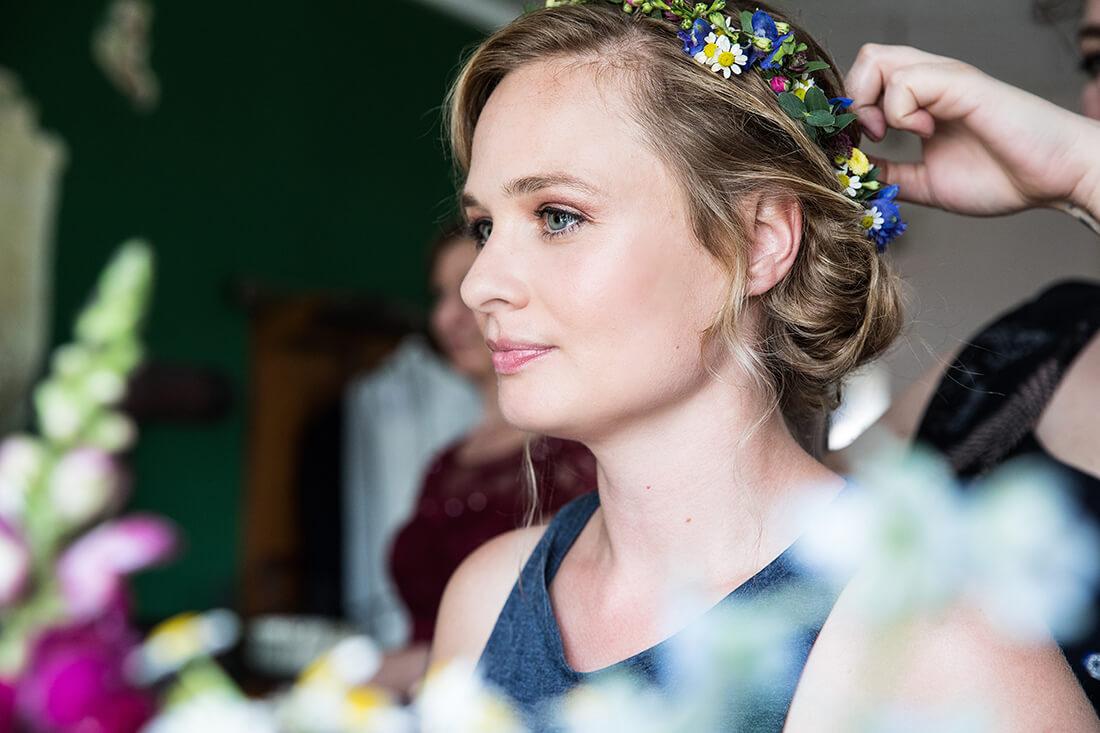 Hochzeitsfotograf Braut bei Getting Ready, Schmetterlingsgarten Hochzeitsreportage © Miriam Ellerbrake 2018